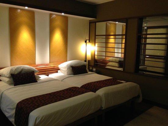 Grand Hyatt Bali: Nice decor. Fixed A/C at 23C and no down pillows