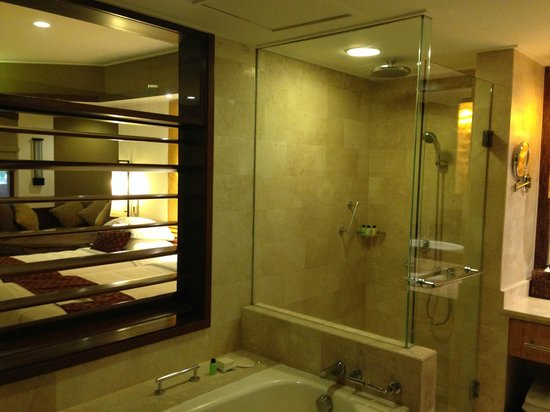 Grand Hyatt Bali: Shutters between bathroom and room