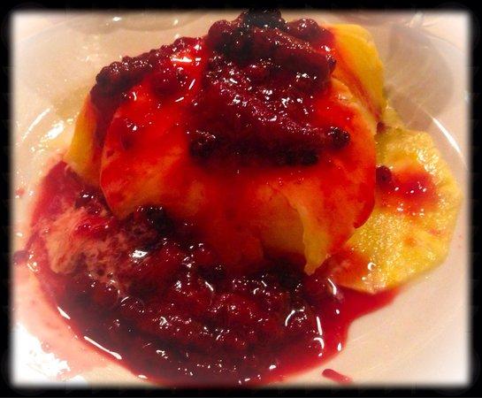 Il Campagnolo: Carpaccio d'ananas con gelato al fiordilatte e frutti di bosco caldi (una favola!!!)