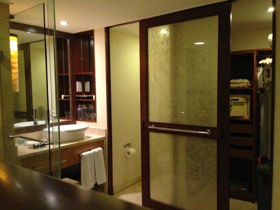 Grand Hyatt Bali: Annoying sliding door in bathroom