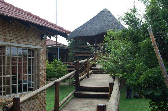 Huis met loopbrug naar veranda foto van boubou b b rustenburg tripadvisor - Huis met veranda binnenkomst ...