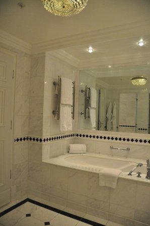 Powerscourt Hotel, Autograph Collection: Bathroom-tub