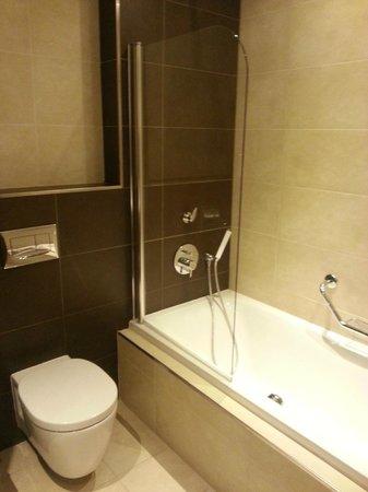 Radisson Blu Resort, Malta St Julian's : Новая, современная сантехника