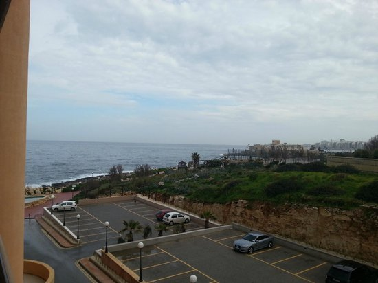 Radisson Blu Resort, Malta St Julian's: Номер без вида на море выходит на соседний отель