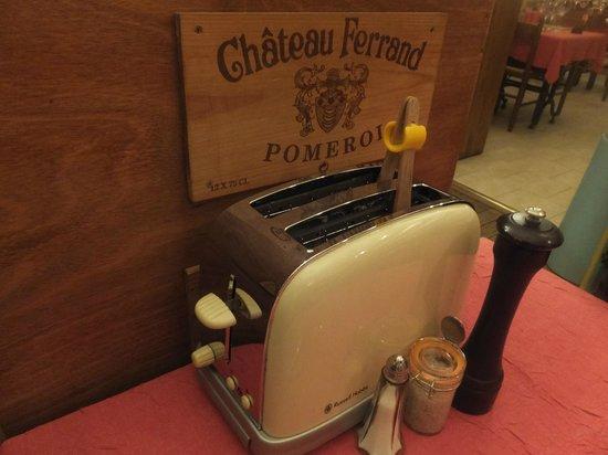 Au Petit Sud Ouest : トースターは自分で操作します