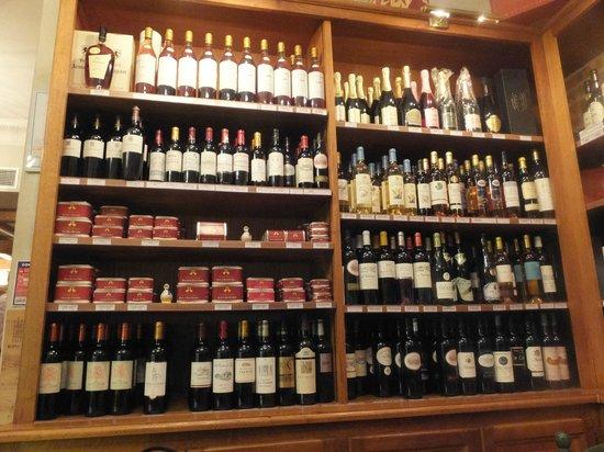 Au Petit Sud Ouest : ワインを注文すると、この棚から持ってきていました