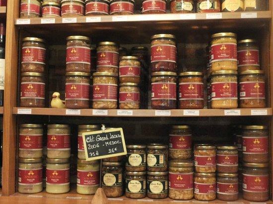 Au Petit Sud Ouest : 棚にはお土産用の料理の缶詰がおかれています