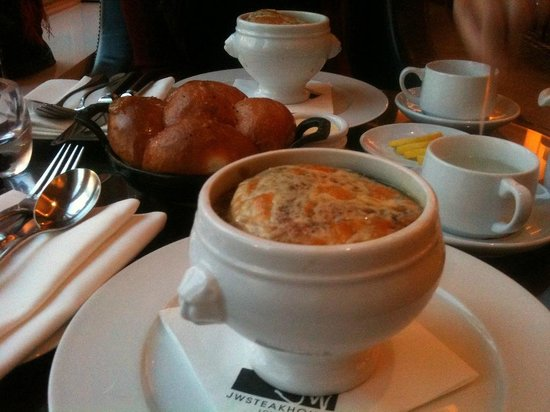 JW Steakhouse : excellent french onion soup and house bread