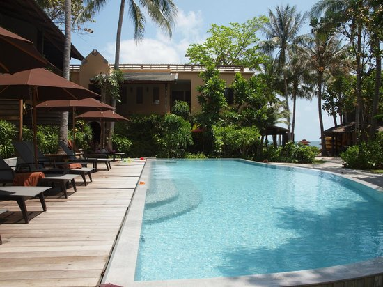 Buri Rasa Koh Phangan: Poolbereich, im Hintergrund das Meer
