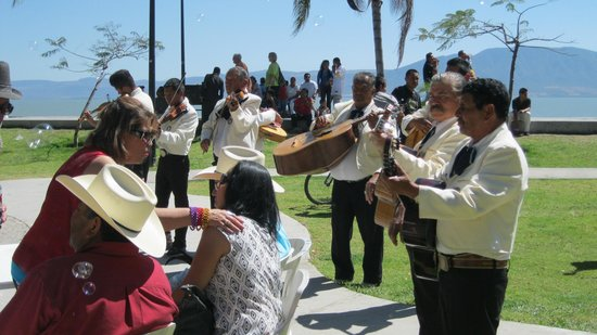Casa Tres Leones: Music on the Malecon
