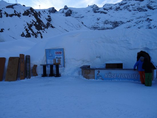 Iglu-Dorf Engelberg: The open bar outside for the skiers or snowboarders