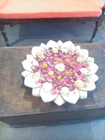 Madri Haveli: Flores en pasillos cada día