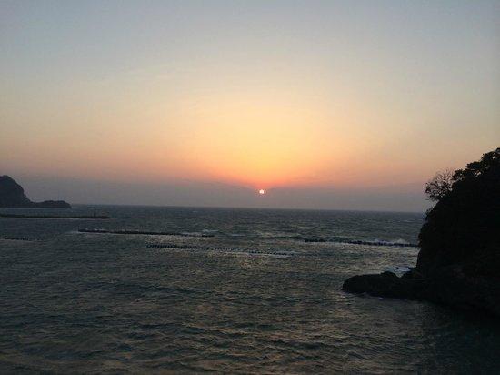 Izu Matsuzakiso: 部屋の窓からとった夕日