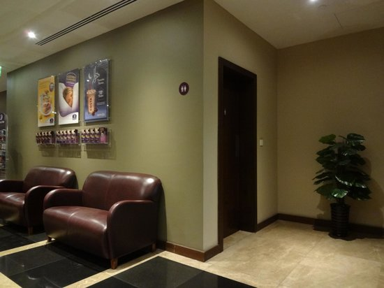 Premier Inn Dubai International Airport Hotel: Another Lobby Area