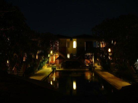 Rama Garden Hotel Bali: Pool by night