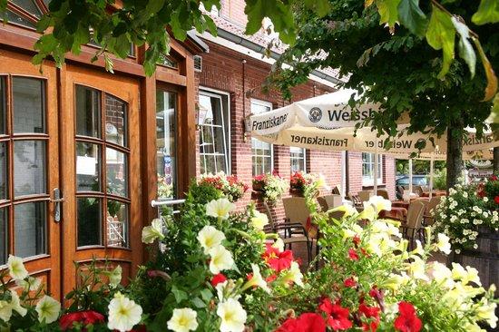 Hotel Rheinischer Hof: Außenansicht / Biergarten