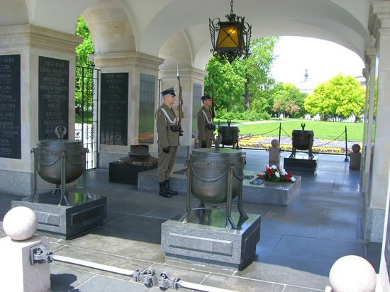 Tomb of the Unknown Soldier (Grob Nieznanego Zolnierza) : 衛兵の後ろに火が焚かれている。