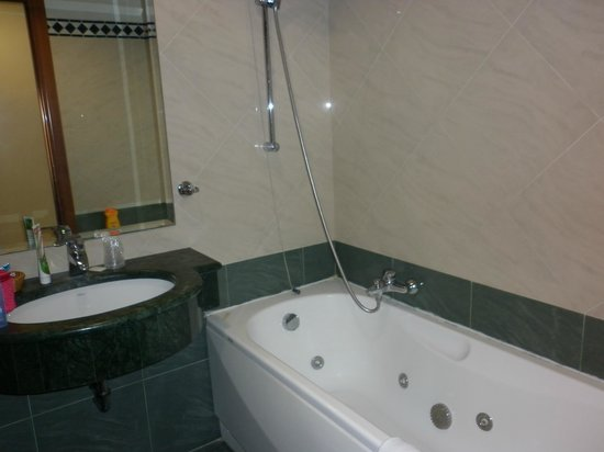 Hotel Contilia: The bath tub in our bathroom on the 6th floor
