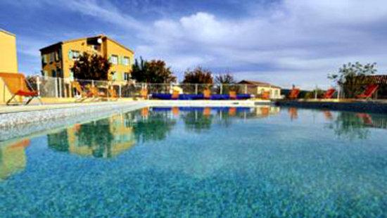 Cereste, Frankrike: piscine d'été chauffée