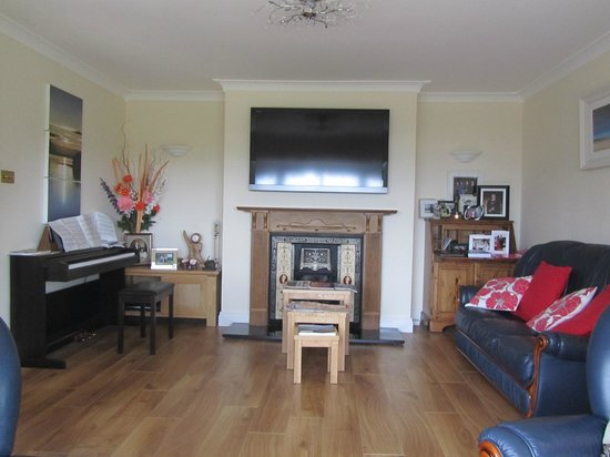Edencrest Bed and Breakfast: Living Room in B & B available for Guest use