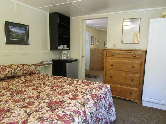 Adirondack Sunrise Motel & Cabins : cabin four interior