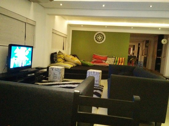 Clock Inn Colombo : Lounge and TV area.
