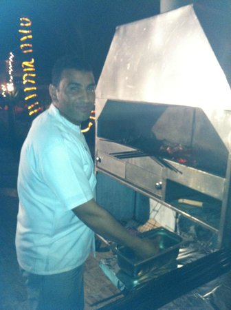 Acacia Dahab Hotel : the Chef preparing a great barbecue
