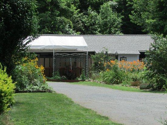 Adirondack Sunrise Motel & Cabins : facing units 1 and 2 porch