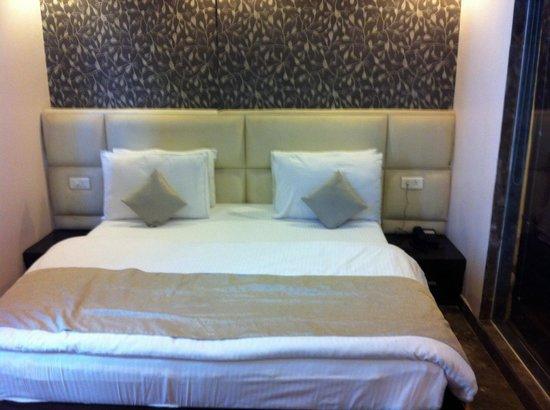Hotel Elegance : Cama grande y cómoda.