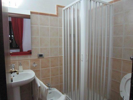 B&B Villa Pirandello: bagno con doccia