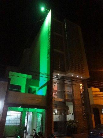 Hotel Mochiks: Fachada en verde