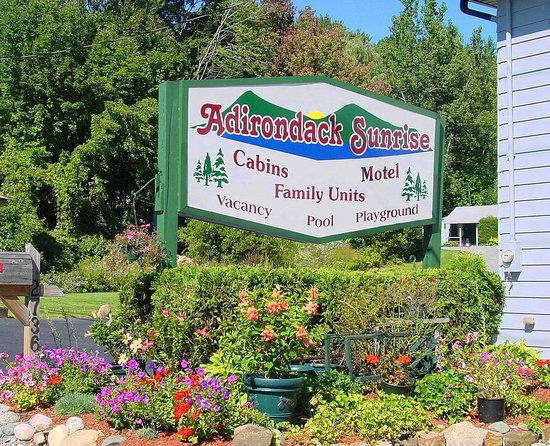 Adirondack Sunrise Motel & Cabins: front sign at main office