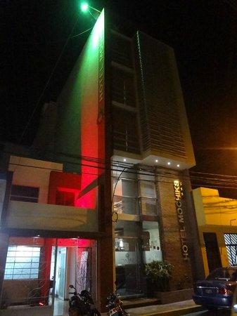 Hotel Mochiks: fachada con rojo