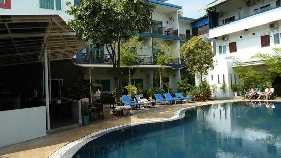 The Billabong Hotel: poolside