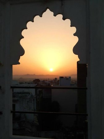 Bhanwar Vilas Guest House: sunset from rooftop