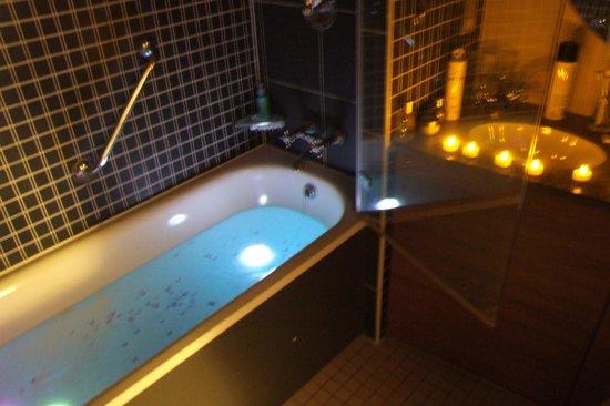 K West Hotel & Spa: Our Bathroom