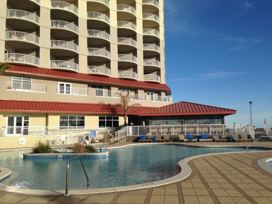 Hilton Pensacola Beach : hotel bar and pool