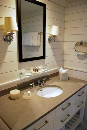 Harbor View Hotel : Downstairs Bathroom Vanity in the Captain Jason Luce Cottage