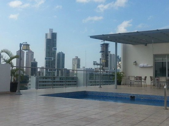 Clarion Victoria Hotel and Suites Panama: Pool on the 9th floor