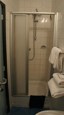 Hotel Mozart : Bathroom shower