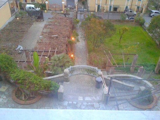 Hotel Garden Palace: Parcheggio, giardino e parte della terrazza
