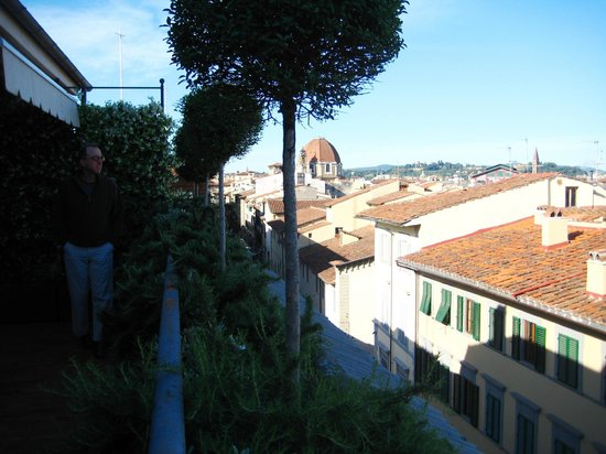 Hotel Orto De Medici: the patio view toward the city center