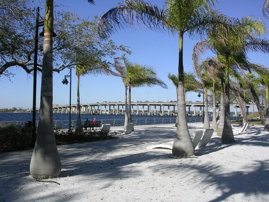 Courtyard Bradenton Sarasota/Riverfront: View of the bridge over the Manatee River from Riverwalk