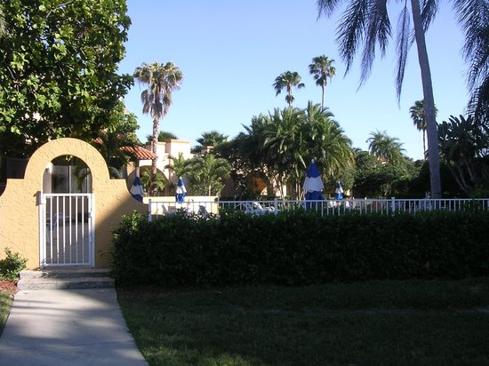 Courtyard Bradenton Sarasota/Riverfront: Entrance to the pool area from Riverwalk