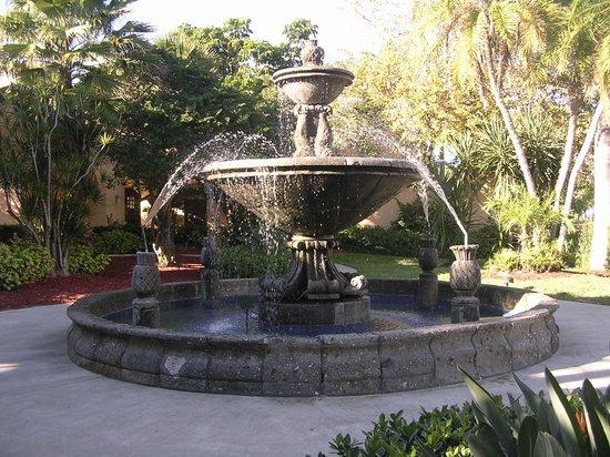 Courtyard Bradenton Sarasota/Riverfront: Courtyard fountain
