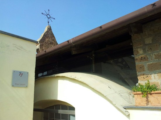 Seven Hostel : La chiesa