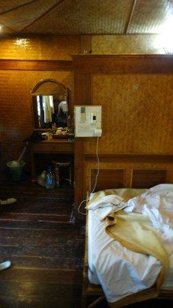 Ko Tao Resort: Interior of the 'rustic' hut.