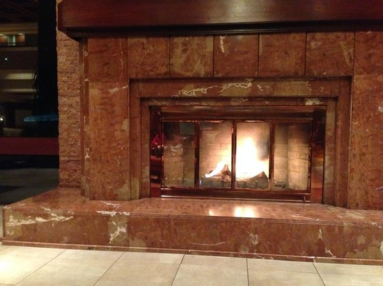 Colorado Springs Marriott: Fireplace in foyer