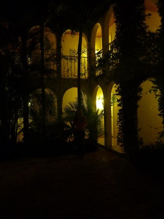The Caribbean Court Boutique Hotel : Hotel at night