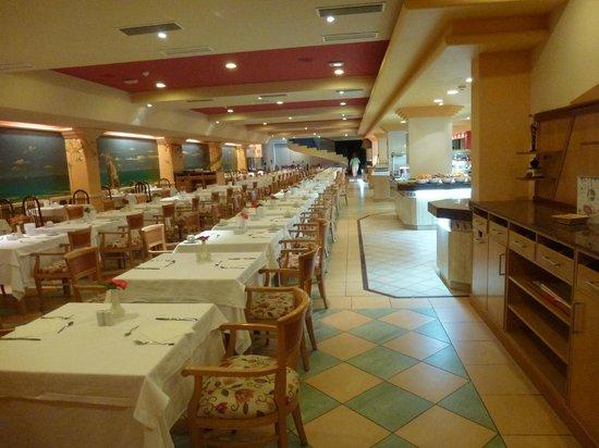 SBH Crystal Beach Hotel & Suites : Speisesaal ohne Tageslicht